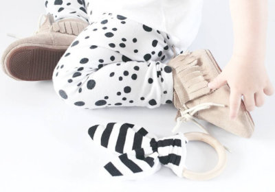 baby met bunny bijtring zwart-wit en hout