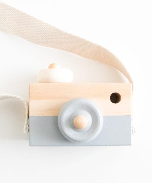 Speelgoedcamera van hout in het grijs.