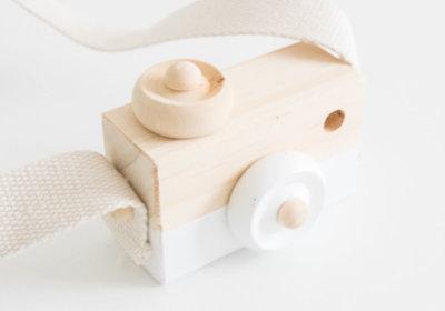 Speelgoedcamera van hout in het wit.