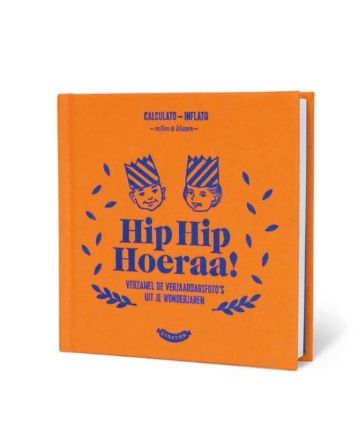 In dit vrolijke Hip Hip Hoeraa verjaardag invulboek leg je de eerste 25 verjaardagen vast.