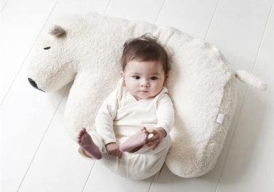 Het ijsbeer voedingskussen wordt het al snel het vriendje van je kindje.