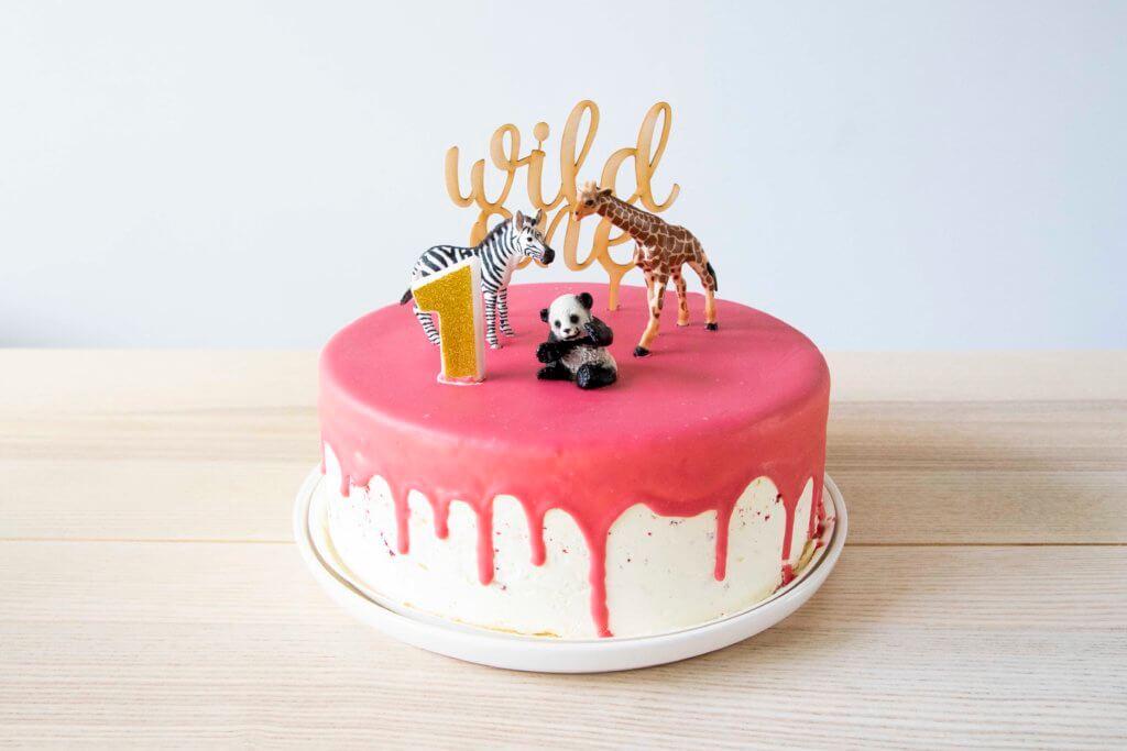 Wild One verjaardagstaart dripcake van de Hema met taarttopper en dieren van Sleich.